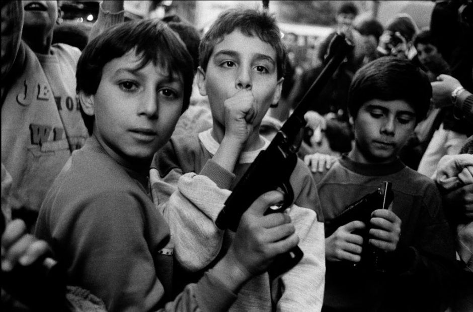 Photography of Sicilian children armed with guns